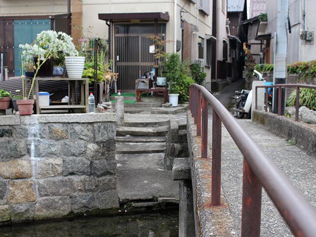 川に下りる階段