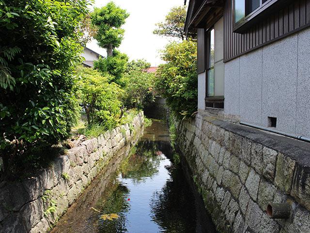 水路が向かった先が集落の真ん中の八幡川