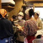 鯖そうめんを炊くコツを伝授する肥田先生