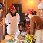 幸福豆の生地作りを伝授する三田先生