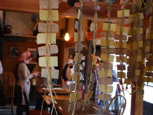 かき餅をわらで編んで吊している様子